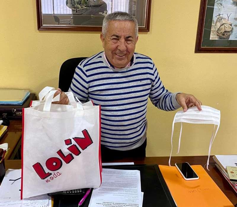 Julián Martínez, propietario de Lolín Carrión, dona las mascarillas. EPDA