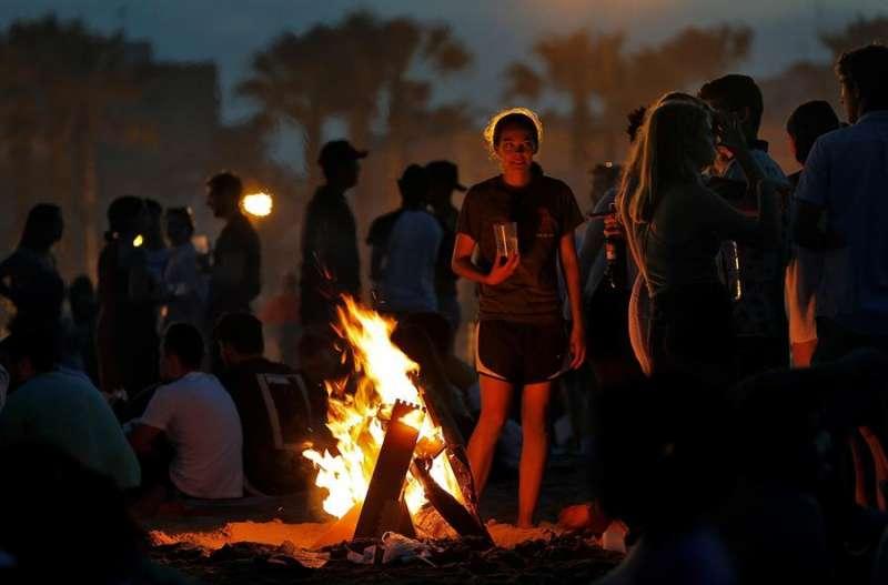 Imagen de archivo de una joven que observaba las llamas de la hoguera que encendió junto a un grupo de amigos para celebrar la Noche de San Juan en la playa de la Malvarrosa de València. EFE/ Manuel Bruque