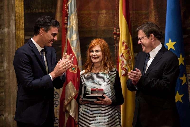 La exministra de Cultura Carmen Alborch, el pasado 9 de octubre cuando fue reconocida con la Alta Distinción de la Generalitat, aplaudida por el presidente del Gobierno, Pedro Sánchez, y el president de la Generalitat, Ximo Puig (d). EFE/Archivo
