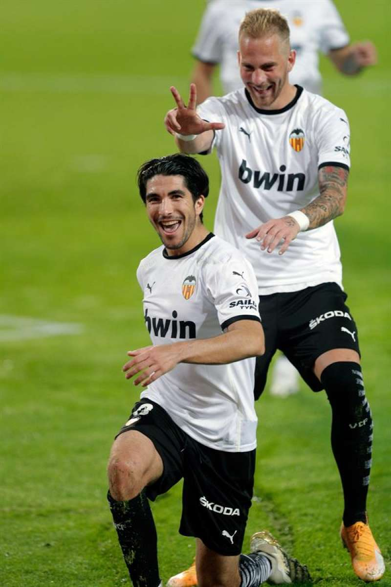 El jugador del Valencia CF, Racic, felicita a su compañero Carlos Soler tras un tanto de penalti.EFE/ Archivo