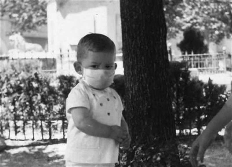 Save the Children ha colocado una mascarilla en una imagen de Ximo Puig cuando tenía 3 años. EFE