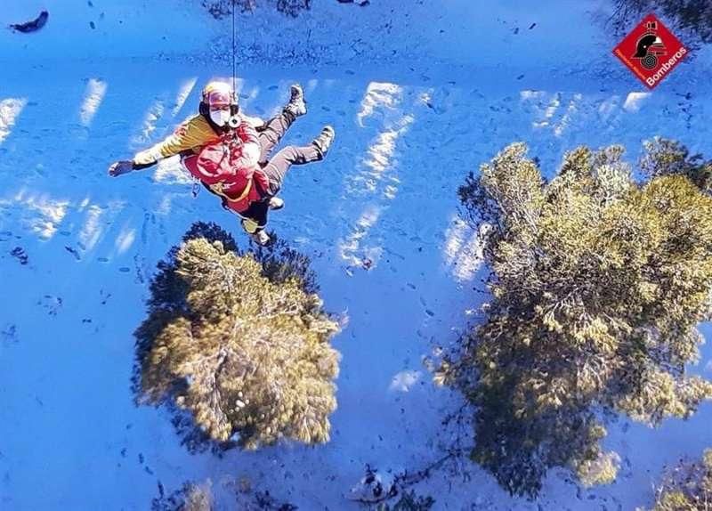 Imagen del rescate de una senderista en Agres. EFE/Consorcio Bomberos Alicante