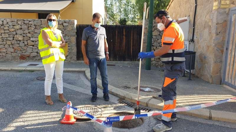 Un operario recoge muestras de las aguas residuales en Riba-roja. EPDA