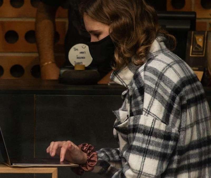 Una joven consulta su ordenador en el interior de una bar. EFE/Enric Fontcuberta/Archivo
