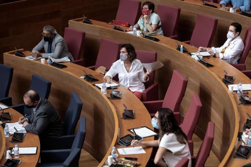 Diputadas del grupo parlamentario socialista, durante una sesión del debate sobre el estado de la Comunitat de Les Corts con votación de propuestas en relación al déficit.