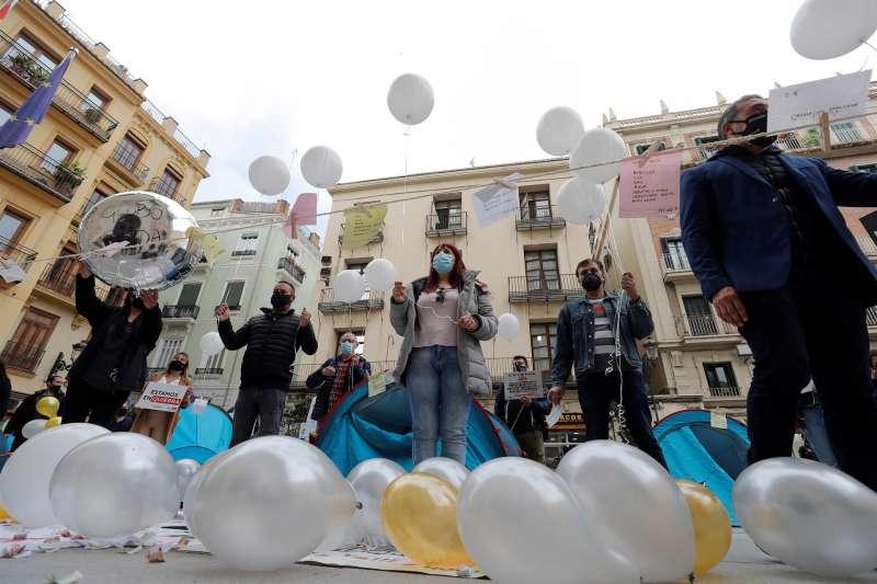 La Coordinadora Empresarial de Ocio y la Hostelería (CEOH) de la Comunitat Valenciana realiza una suelta de globos frente al Palau de la Generalitat, con motivo de los anuncios del Consell