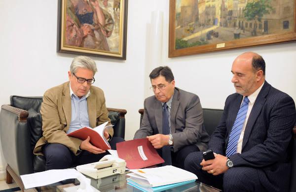 El alcalde de Torres Torres acompañado por el presidente de la Mancomunitat de La Baronia con el diputado de Cooperación Municipal. EPDA