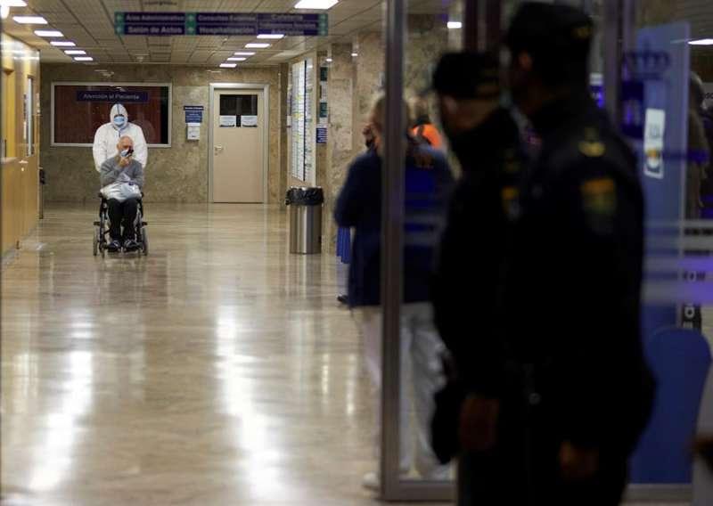 Agentes de la Policía Nacional a las puertas de un hospital. EFE/Archivo.