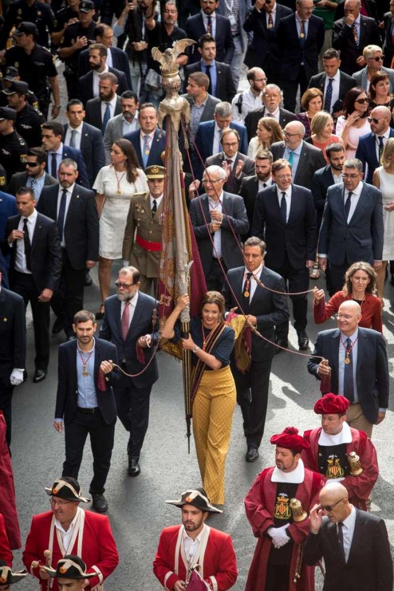 La primera teniente de alcalde de València, Sandra Gómez, porta la Reial Senyera durante la Procesión Cívica en conmemoración del 780 Aniversario de la entrada en València del Rey Jaume I. EFE