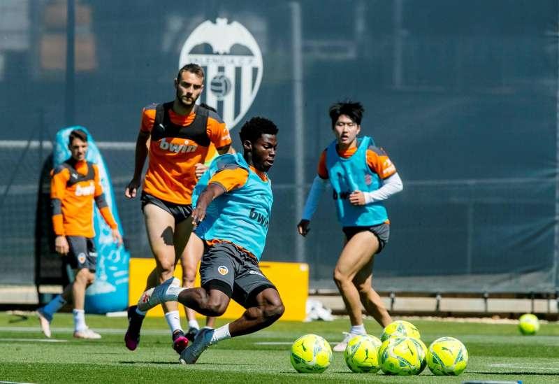 En entrenamiento del Valencia, en una imagen de archivo del club de fútbol.