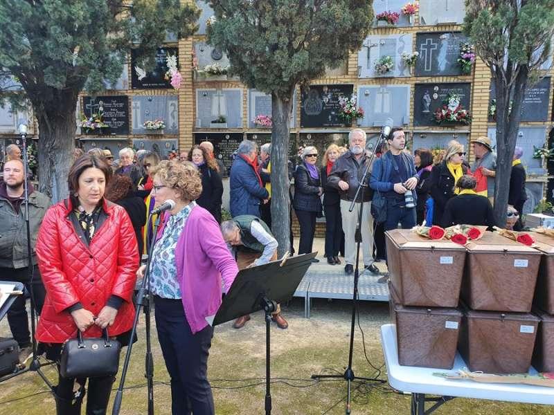 La consellera de Calidad Democrática, Rosa Pérez Garijo, en el acto de entrega de los restos de 7 víctimas represaliadas de la fosa 22 de Paterna. EFE/Generalitat