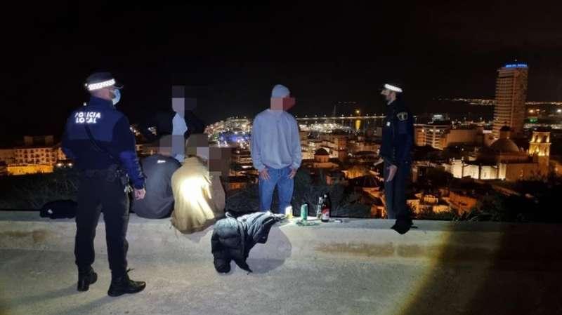 Imagen de una de las intervenciones de la Policía Local de Alicante en una fotografía facilitadas por el Ayuntamiento.EFE