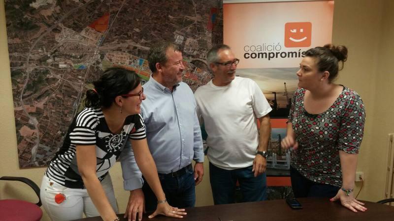 El alcaldable de Compromís con sus compañeros de partido tras la rueda de prensa. EPDA