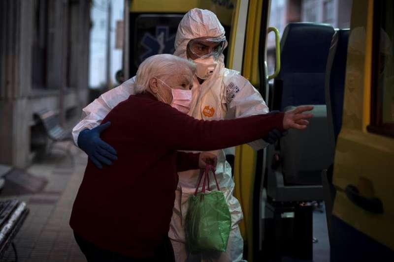 Un trabajador sanitario atiende a una persona dentro de una residencia de ancianos. EFE/Brais Lorenzo/Archivo