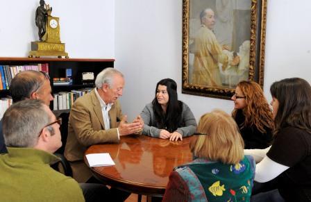 En la imagen, la diputada de Educación, Oreto Segura, reunida con lel director de la Escuela de Capataces, Vicente Borrás, y los profesores del proyecto Movilidad. Foto dival.es