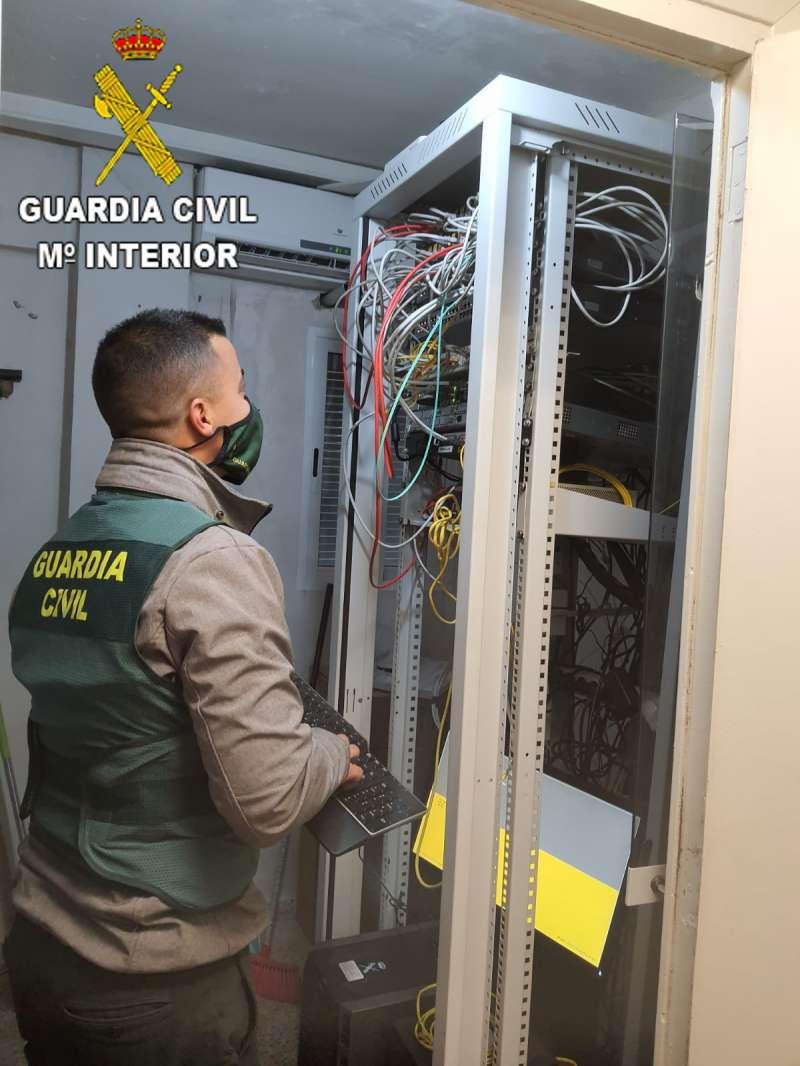Un Guardia Civil, en la operación Media-Roja. / EPDA
