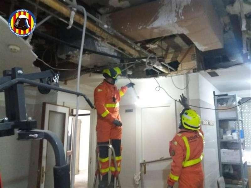 Los bomberos del Consorcio de Valencia han intervenido para sanear una parte del techo de una zona de obras del centro de salud de Requena (Valencia) que se había desprendido. EFE/Consorcio de Bomberos de Valencia