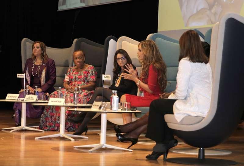 Momento del congreso con Mónica Oltra y otras participantes