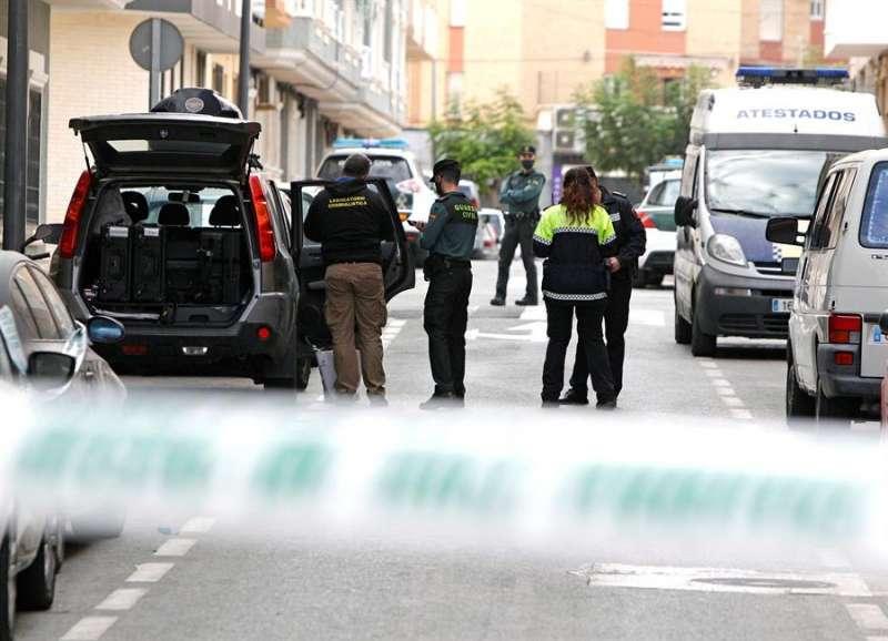 Agentes de la Guardia Civil en el lugar donde la joven ha sido agredida. EFE/Pep Morell