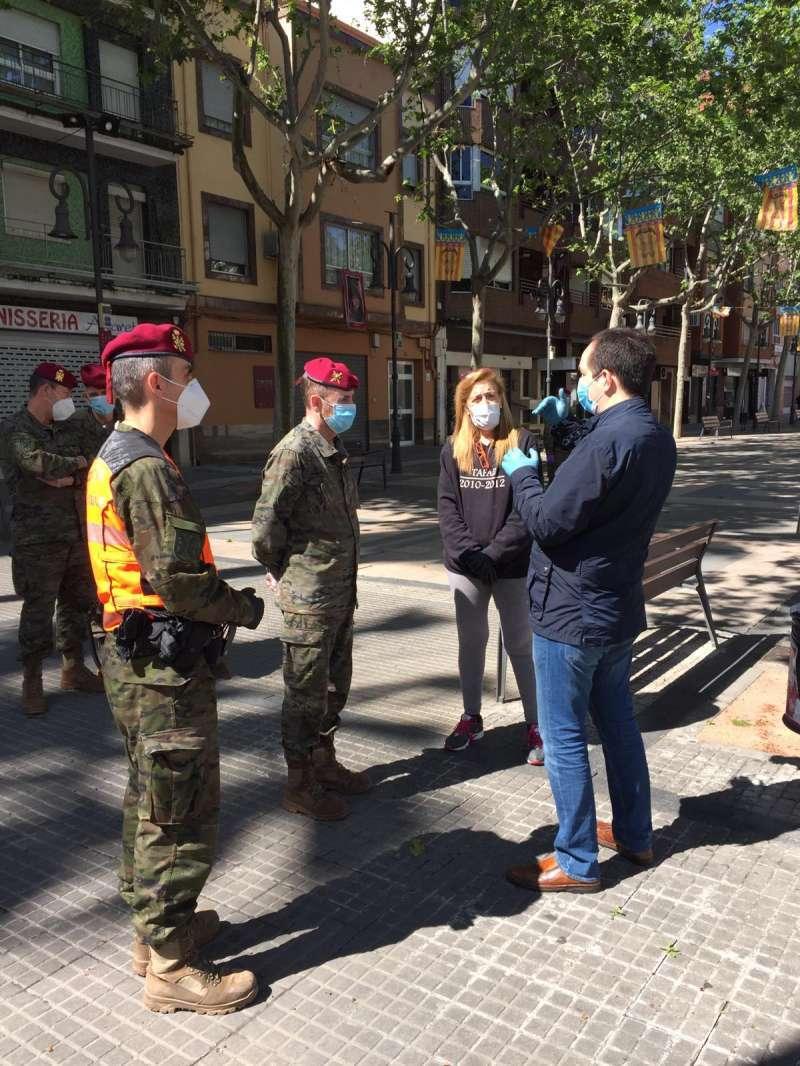 El alcalde de Aldaia, Guillermo Luján, conversa con el mando del dispositivo. EPDA