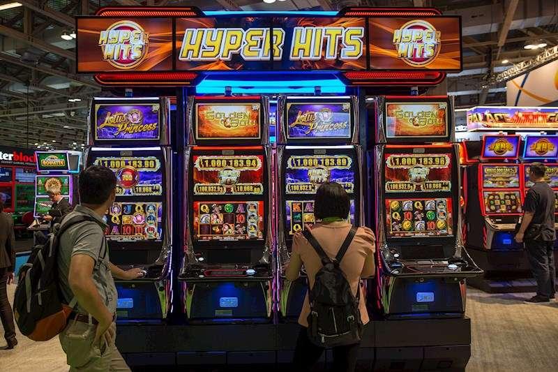 Varias personas prueban suerte en unas máquinas tragaperras. EFE/Archivo