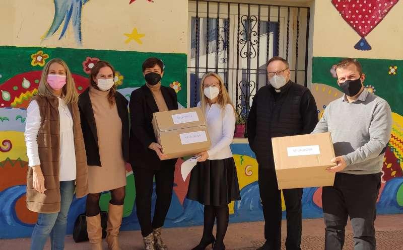 Alcaldesa y concejales han repartido las mascarillas