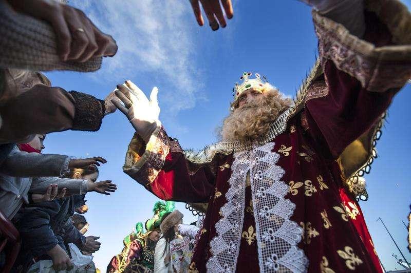 Rey Gaspar en la cabalgata del municipio valenciano Carlet. FOTO EFE.