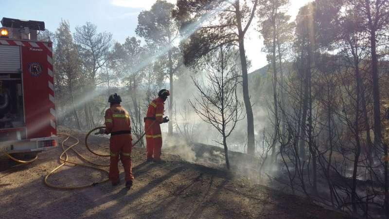 Bomberos trabajando en la extinción del incendio de Andilla de la comarca de Los Serranos.
