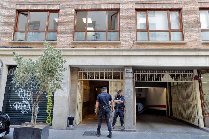 Agentes de la Policía Nacional custodian la entrada de la empresa pública Divalterra. EFE/Archivo