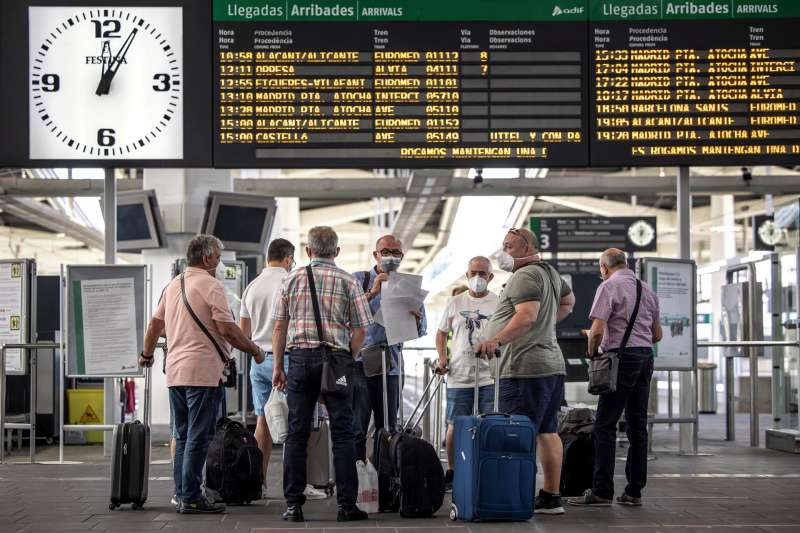 Varias personas esperan para embarcar en la estación de tren Joaquín Sorolla de València. Hoy se han presentado las próximas obras del Corredor ferroviario Mediterráneo entre Valencia y Castelló