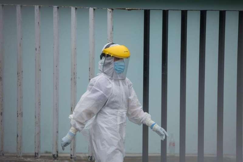 Un enfermero con un traje de protección. EFE/Archivo