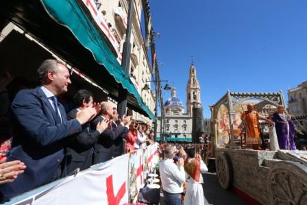 El President Fabra asiste al tradicional desfile de la Entrada de Cristianos. FOTO: GVA