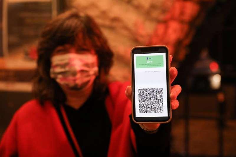 Según el proyecto presentado, el certificado sería gratuito, se podrá presentar en formato electrónico -con un código QR- o en papel con un código de barras-. EFE/EPA/ABIR SULTAN/Archivo
