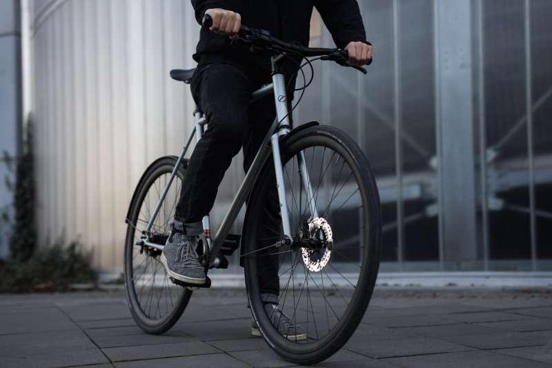 Persona yendo a trabajar en bicicleta. EPDA.