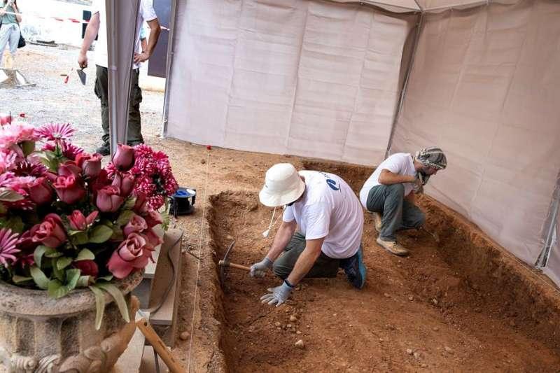 Vista general de la fosa del Cementerio Civil de Castelló donde se han iniciado por primera vez los trabajos de una exhumación y en la que se espera recuperar los cuerpos de 8 personas represaliads por el franquismo. EFE/Domenech Castelló