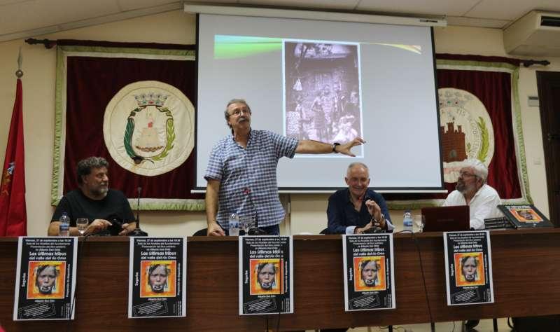 Usó proyectó algunas imágenes del libro. Foto: M.Martín