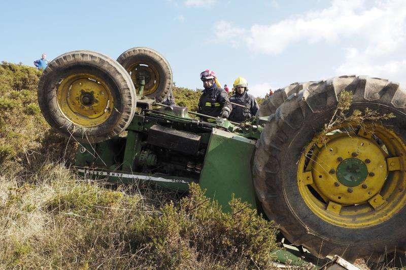 Imagen de archivo de un tractor volcado.