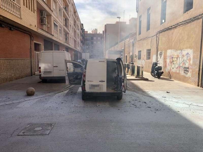 Imagen de la furgoneta durante el incendio.