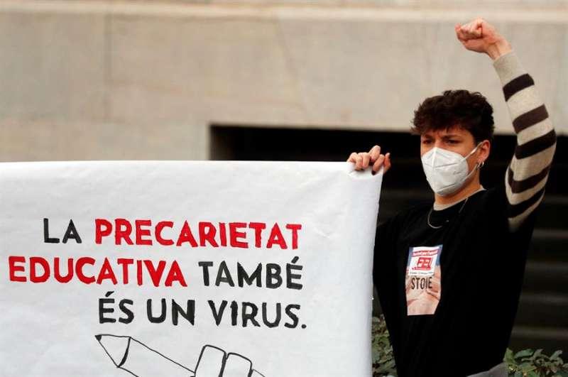 Un estudiante de la Universitat de València durante la concentración convocada por el sindicato estudiantil, FEU-València, en contra de los exámenes presenciales ante la alarmante situación del COVID en Valencia. EFE/Kai Försterling