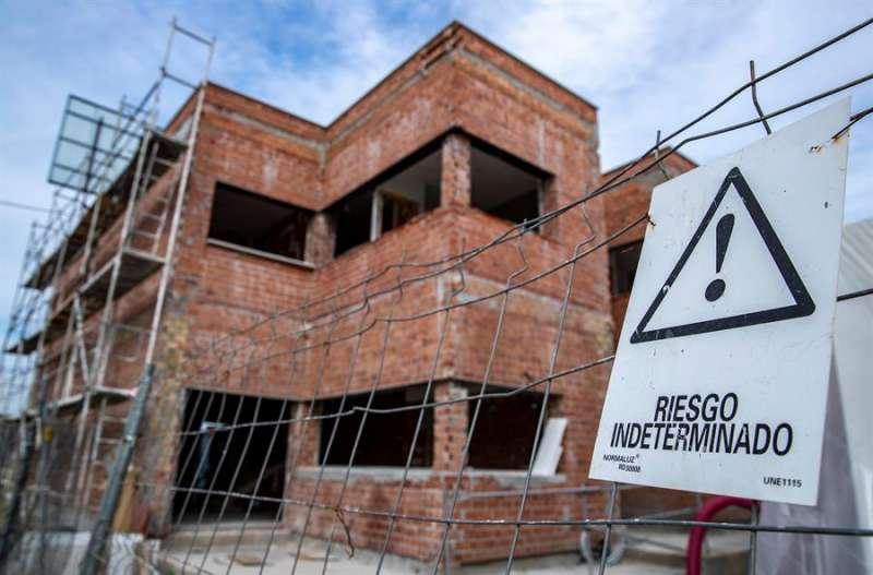 Obras de construcción de viviendas sin operarios. EFE/Julio Muñoz/Archivo