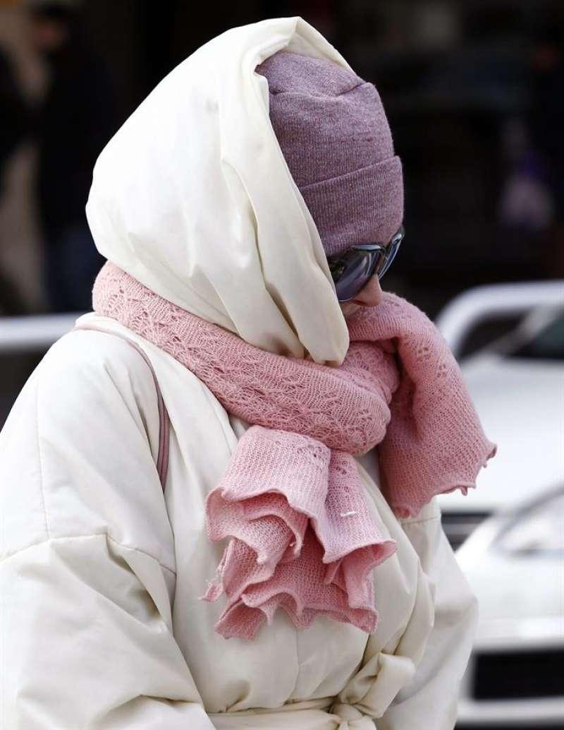Una mujer se protege del frío con ropa de abrigo / EFE