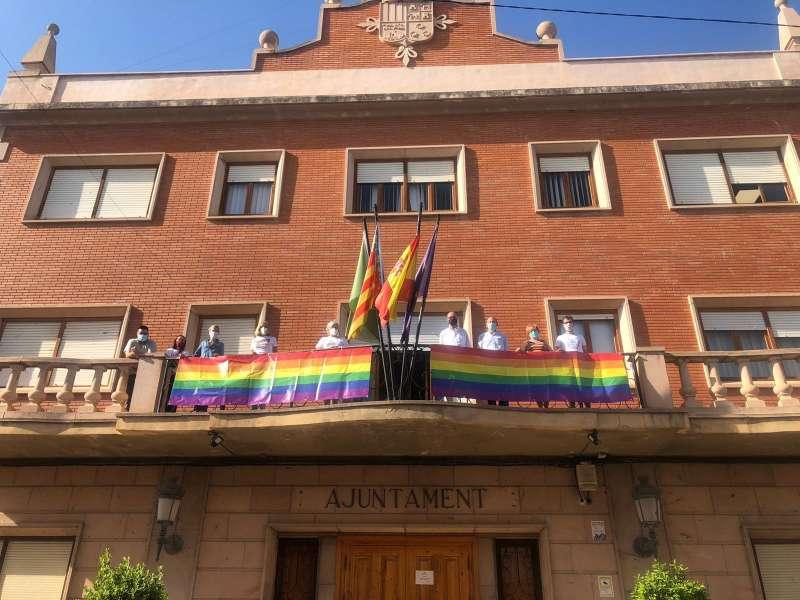 El equipo de Gobierno en el balcón del Ayuntamiento de Bétera con la pancarta de LGTBIQ. / EPDA