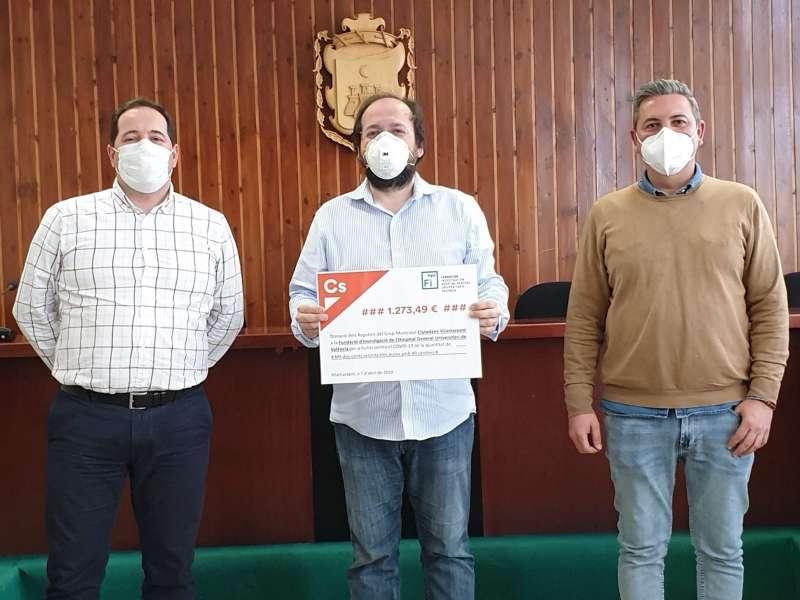 Los ediles del Grupo Municipal de Ciudadanos Vilamarxant muestran el cheque con la donación. / EPDA