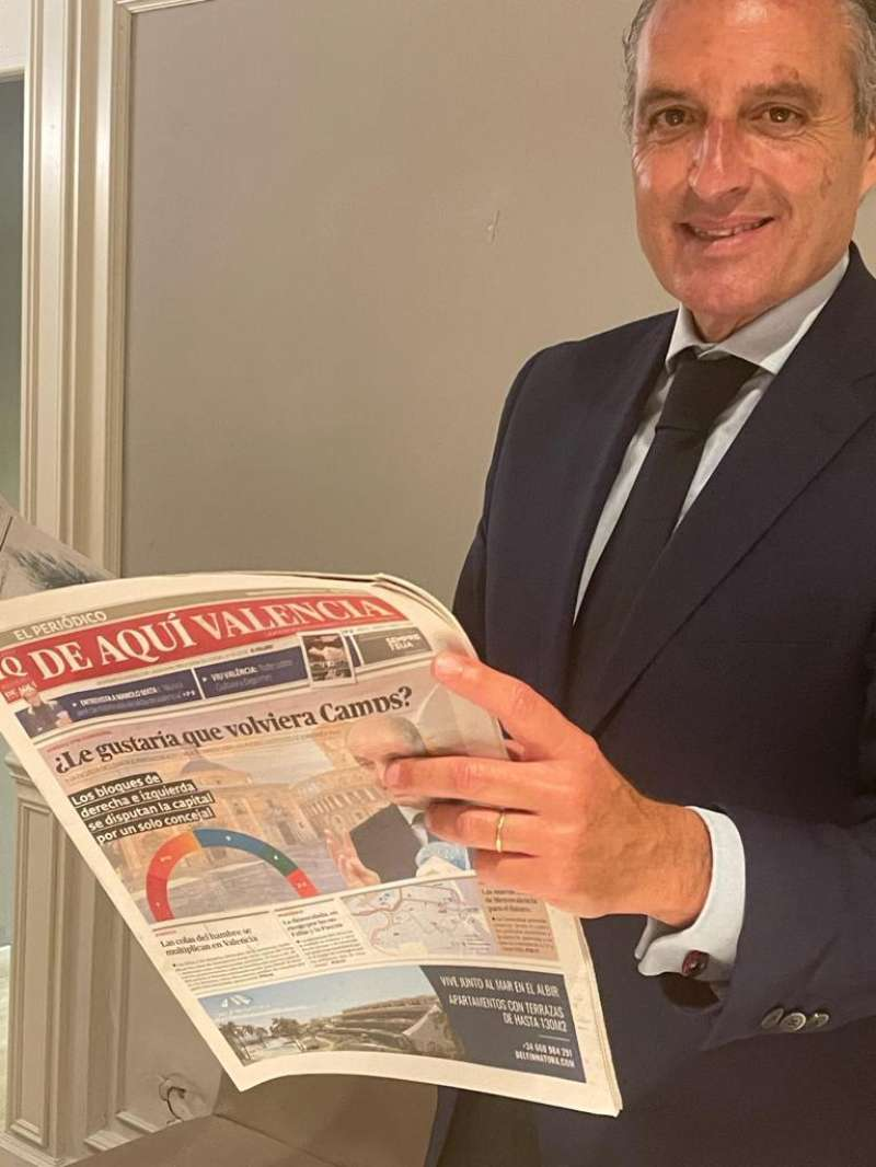Camps leyendo la encuesta que publicó El Periódico de Aquí en abril. D. S.