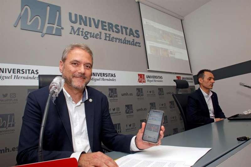 Juan José Ruiz durante la presentación de la web de la universidad. EFE