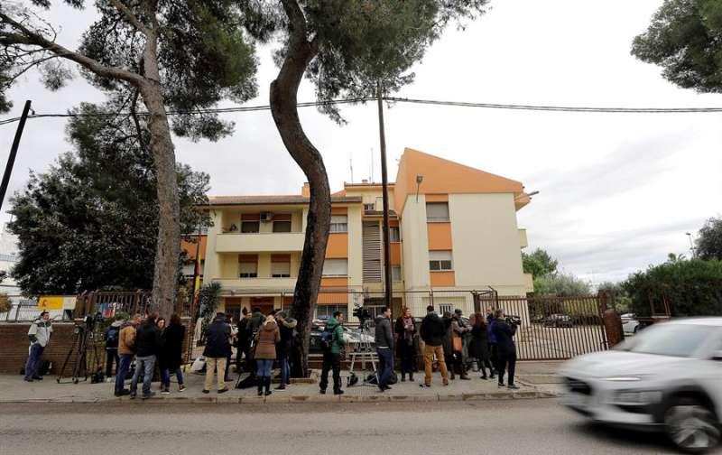 Numerosos periodistas esperan ante el Cuartel de la Guardia Civil en Carcaixent (Valencia). EFE/Manuel Bruque