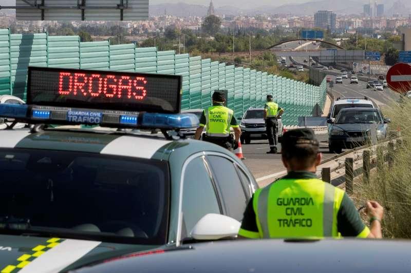 Agentes de la guardia civil durante un control de alcoholemia y drogas.