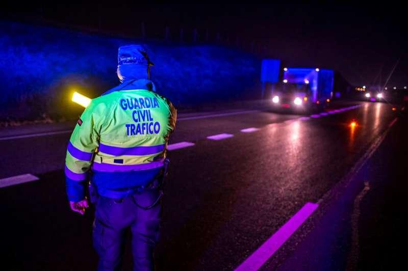 Un agente de la Guardia Civil durante un control de tráfico en una imagen de archivo. EFE/Ismael Herrero