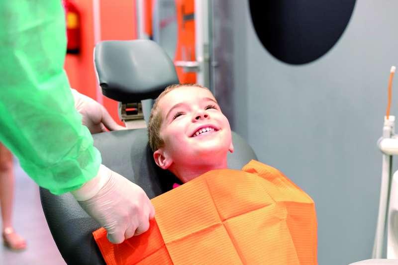 Un niño es atendido por un especialista en Clínica Dental Horta Nord. / epda