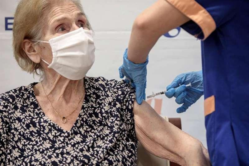 Un sanitario inyecta la vacuna para la covid-19 de Pfizer-BioNTech a una residente valenciana. EFE/Biel Aliño/Archivo